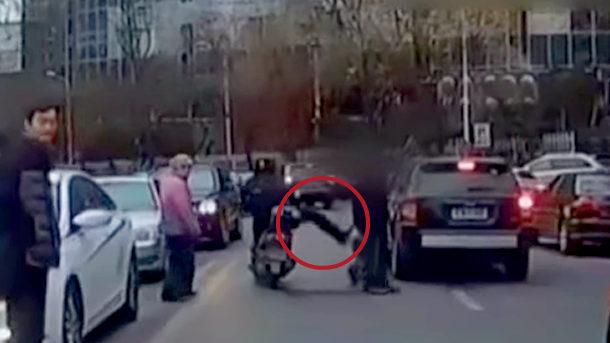 【動画】中国、バイクの男が交通ルールを守らない女性歩行者を蹴り倒す! [海外]