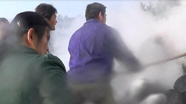 【動画】中国、家電輸送トラック火災!住民「水かけるな!使えなくなる」略奪! [海外]