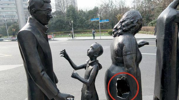 【中国】街頭アートの女性像のお尻に大きな穴!市民に「ゴミ箱」にされる [海外]