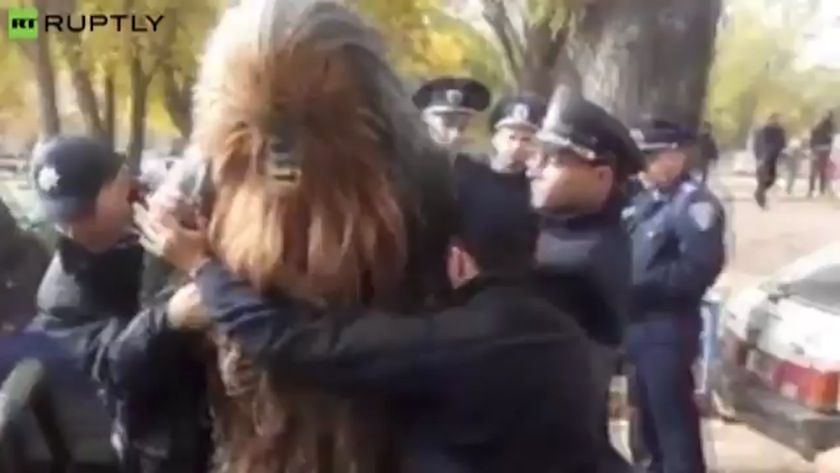 ウクライナ警察にチューバッカが逮捕される 市長選挙でダースベイダー候補を応援