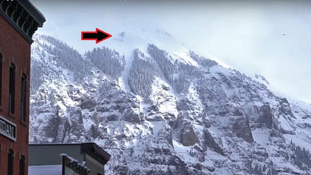 【動画】米国、雪山にヘリから爆弾打ち込み雪崩制御!麓の住民「ヒャッハー!」 [海外]