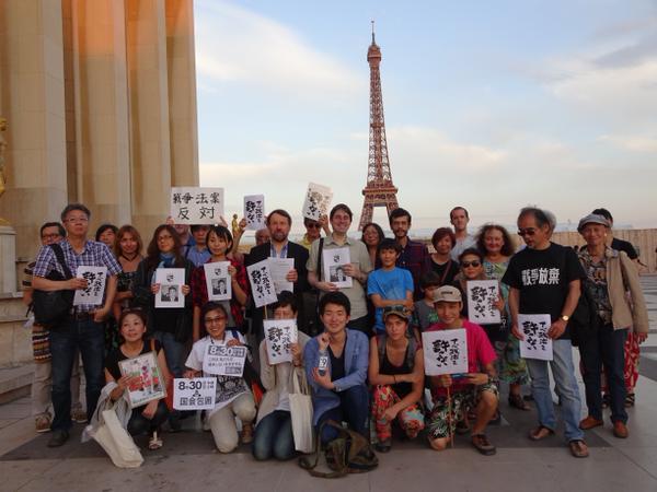 【安保法】パリ・エッフェル塔前で「アベ政治を許さない!」を叫ぶ…安保法反対訴え