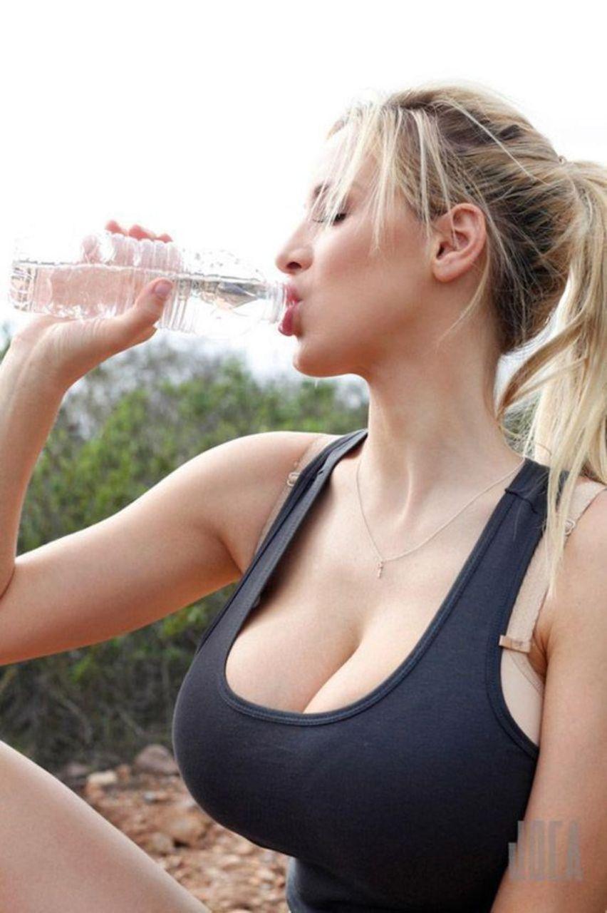 【画像】ペットボトルでエッチな飲み方をする外国人女性wwwww