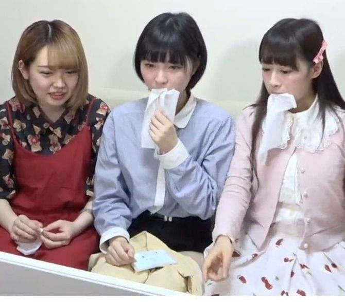 【悲報】ティッシュを食べるアイドル爆誕wwwww