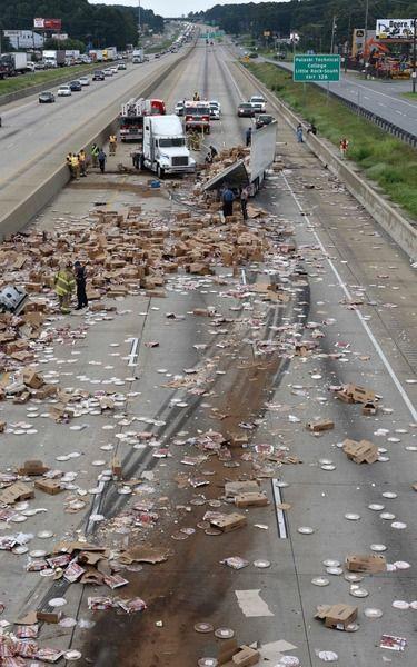 【画像】冷凍ピザを満載したトラックが事故。道路にピザを撒き散らすwwwwww