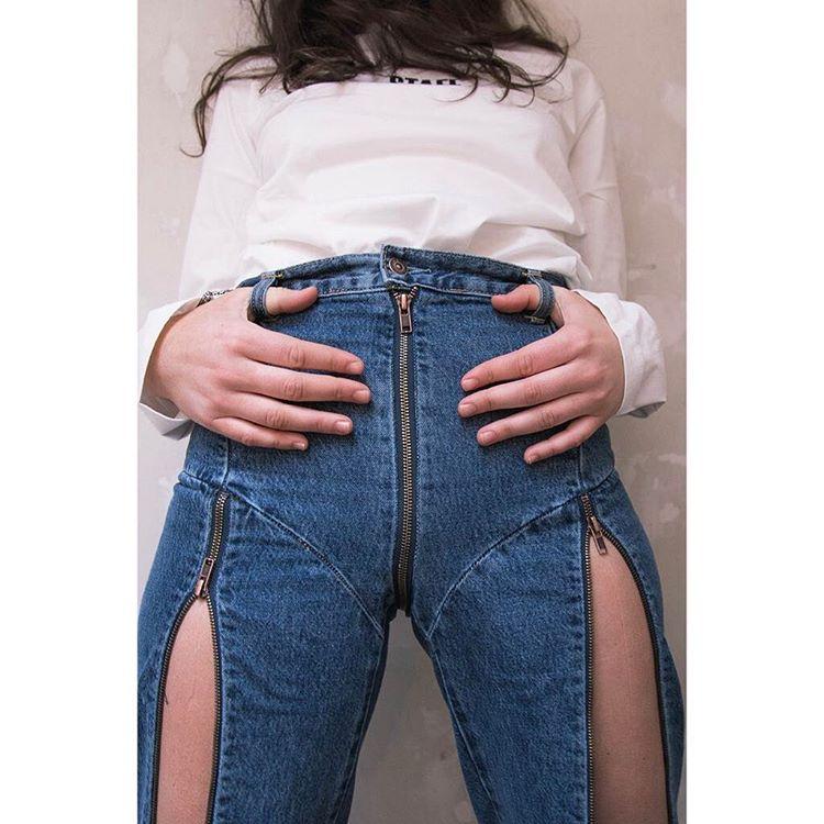 【画像】女性、くそエロいズボンをはいてしまう