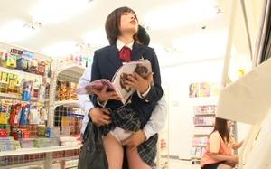 本屋で本を読んでるJKを襲う!パンティの上からあそこを触る!