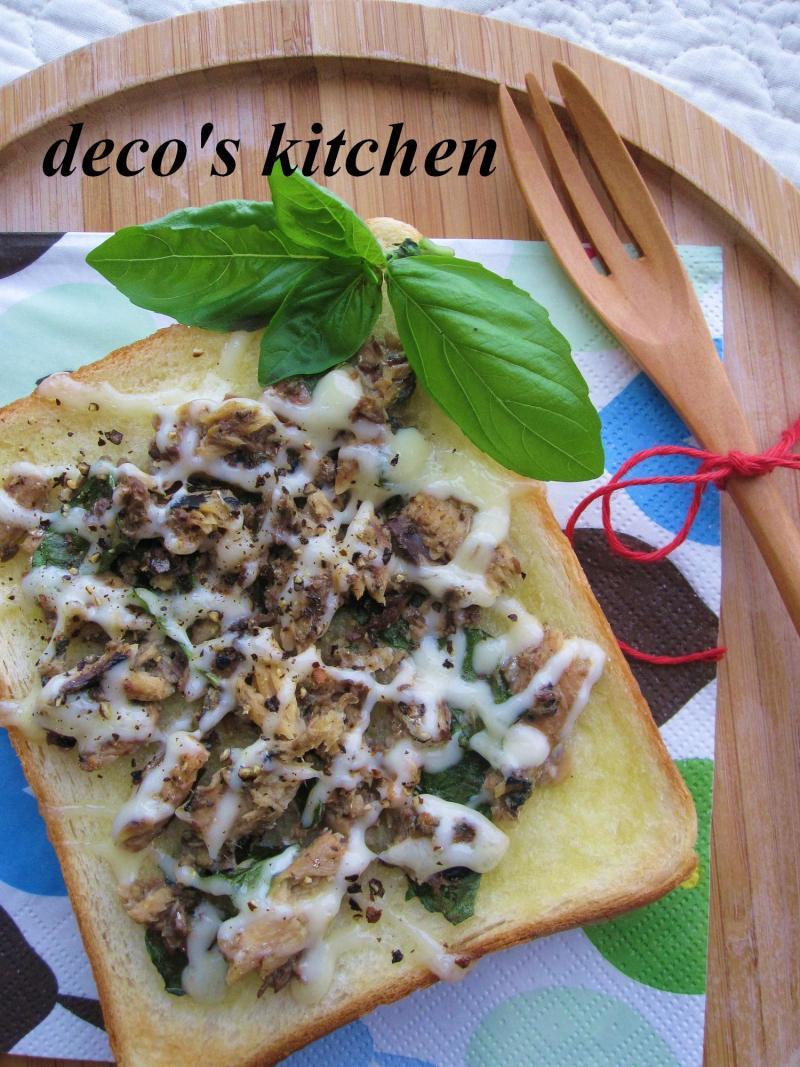 decoの小さな台所。-庭のバジルといわし缶でトースト1