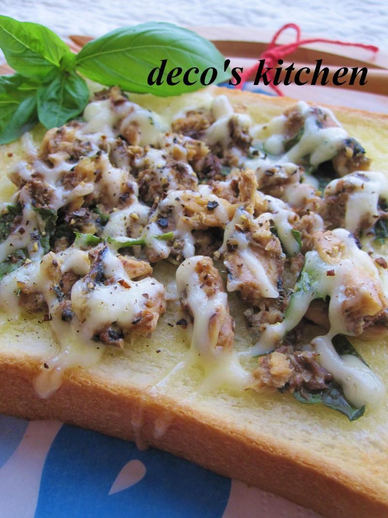 decoの小さな台所。-庭のバジルといわし缶でトースト3