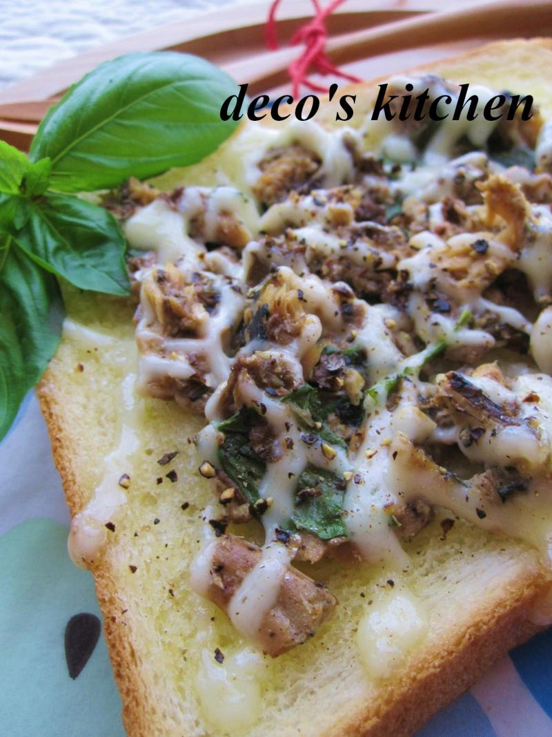 decoの小さな台所。-庭のバジルといわし缶でトースト5