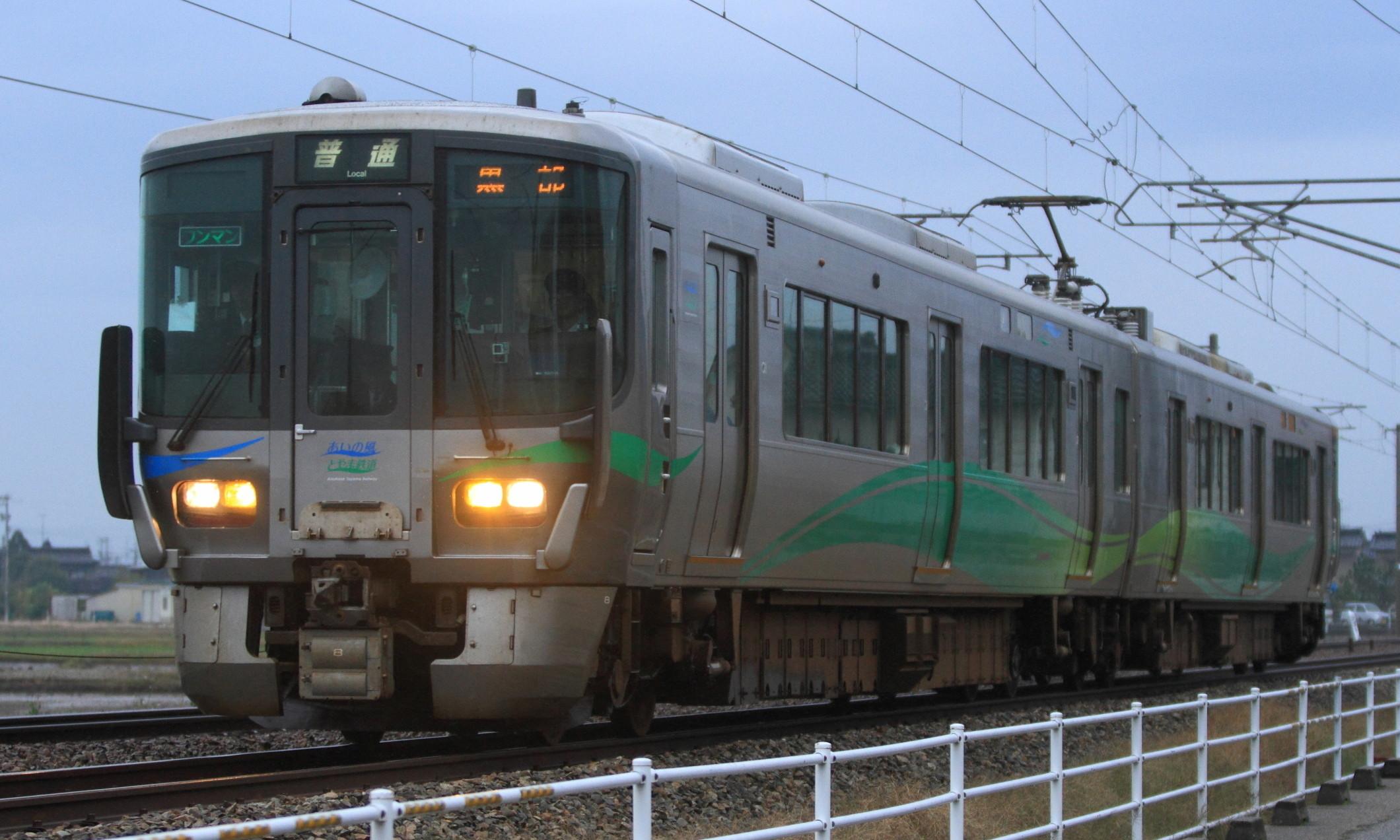 Ainokaze_Toyama_Railway_521_Series