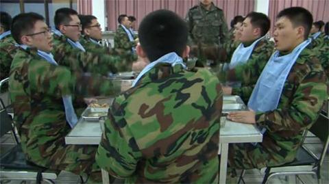 よだれかけが必須のバ韓国軍食事光景