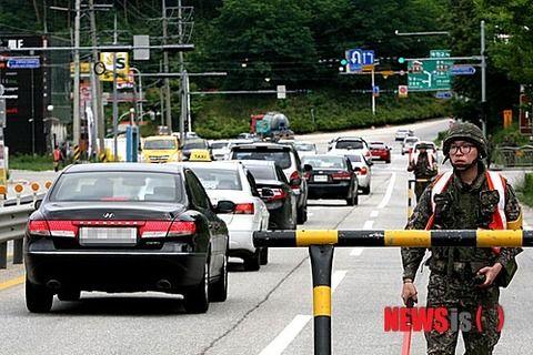 脱走兵のため検問中のバ韓国軍