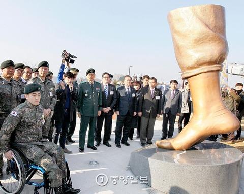 地雷で片足を失った兵士にプレゼントwwwww