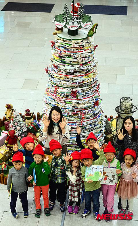 古本でできたバ韓国のクリスマスツリー
