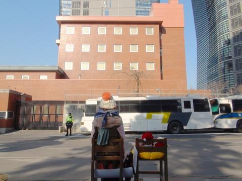 売春婦像が見つめる在韓日本大使館