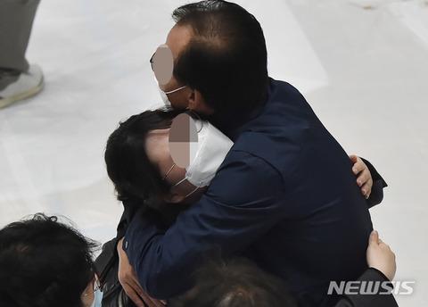 号泣パフォーマンス中のバ韓国工事現場火災遺族様ども