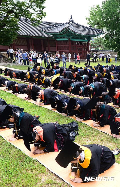 バ韓国の大学の卒業式の様子