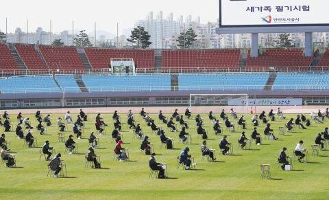 屋外で公務員試験を受けるバ韓国塵ども