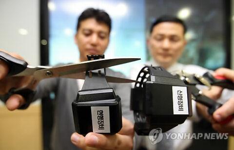 バ韓国の電子足輪はハサミで簡単に切断可能