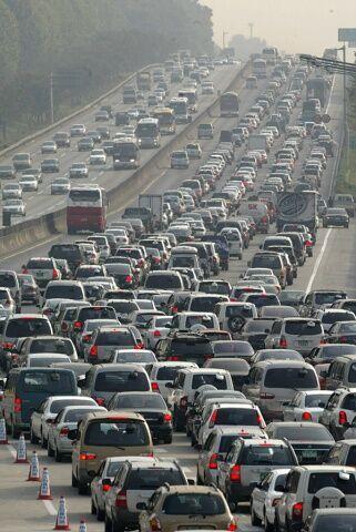 秋夕で渋滞するバ韓国の道路