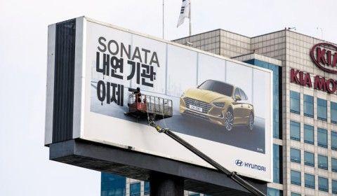 バ韓国・現代自動車の看板にメッセージ