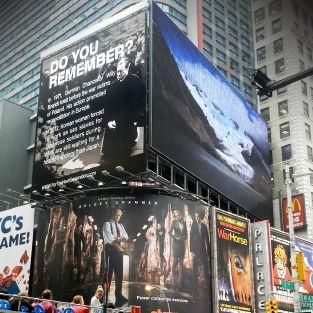 NYのタイムズスクエアで反日広告
