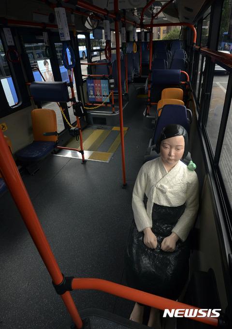 車内で客待ちしているバ韓国の売春婦