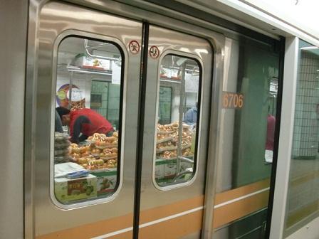 韓国の地下鉄車内ではキムチも販売されている