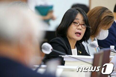 与党から党員権を停止されたバ韓国の尹美香