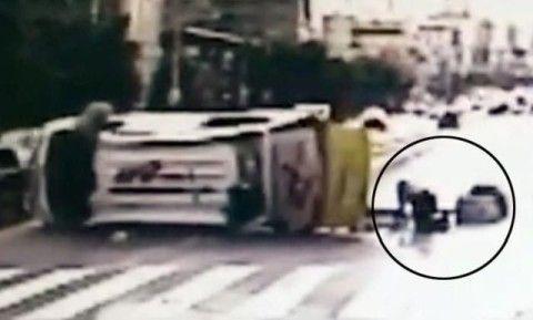 乗用車とブツかって横転したバ韓国の救急車
