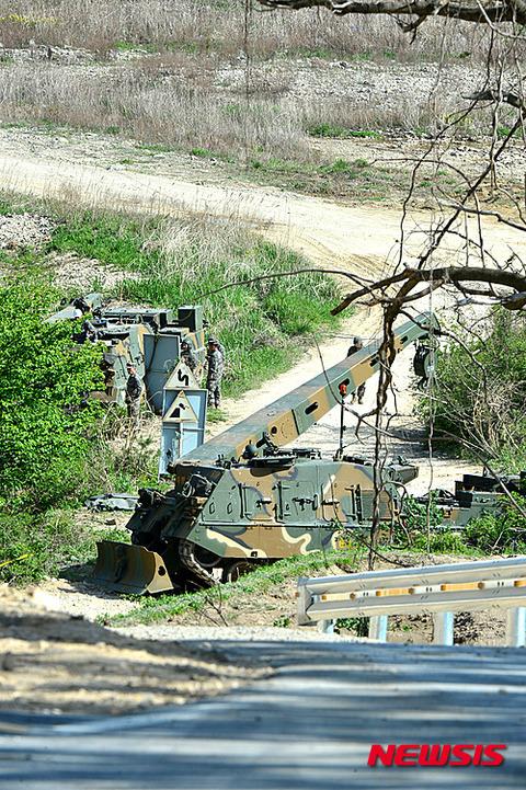 バ韓国軍の自走砲がコケて、屑チョン兵士2匹が死亡!!