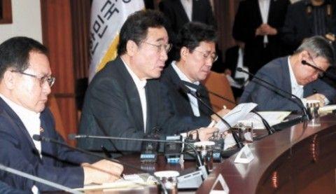 日本への報復措置を発表するバ韓国の首相