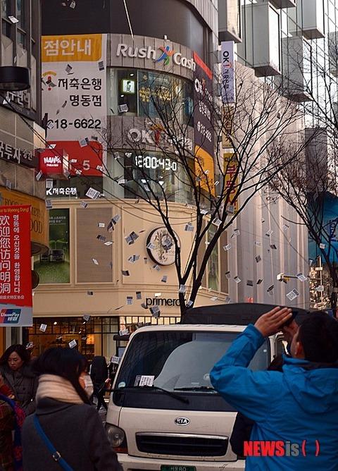 ソウルの繁華街でパククネ批判チラシが散布