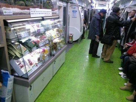 韓国の地下鉄車内での生鮮食品販売