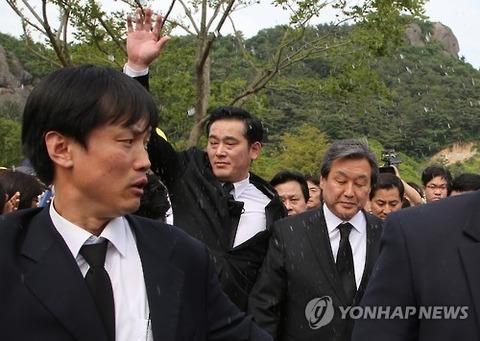 盧元大統領追悼行事で恒例の液体撒き散らしwww