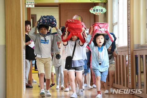 避難訓練するバ韓国の小学生ども