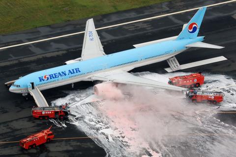 エンジンから煙を出した大韓航空機