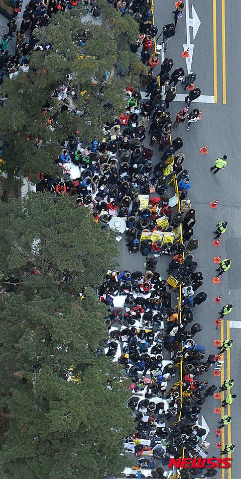 ソウルの日本大使館前に集まるゴミ屑ども