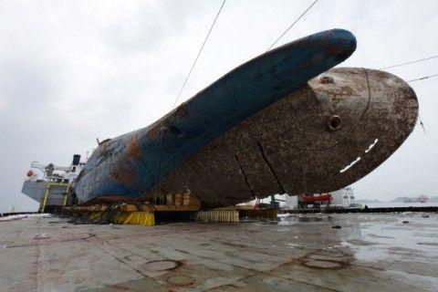 大金をかけて引き揚げられたバ韓国のセウォル号