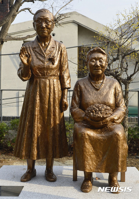 売春婦の像を崇めるキチガイバ韓国塵ども