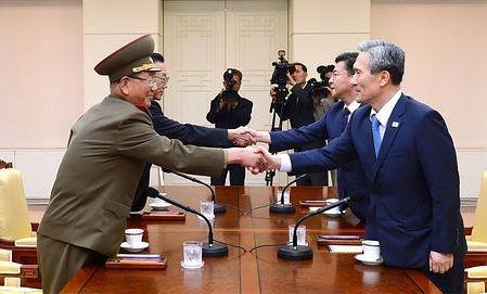 板門店で会談する北チョんとバ韓国