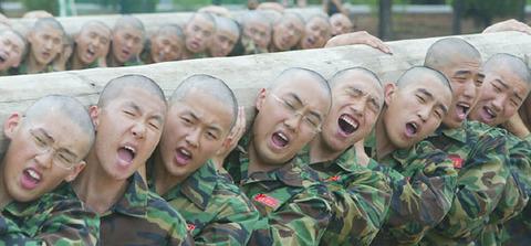 訓練を受けるバ韓国海兵隊の新兵ども