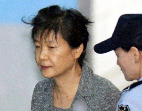 国民のさらし者になるバ韓国前大統領パククネ婆