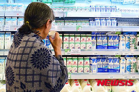 店頭で腐るのを待つバ韓国産牛乳