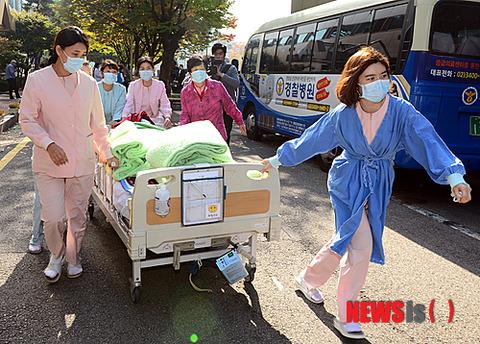 慌てて避難する病院スタッフ