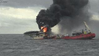 炎上しながら沈没するバ韓国の船