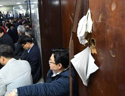 バ韓国の国会が議員によって破壊される