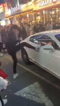 高級車を蹴りまくるバ韓国塵