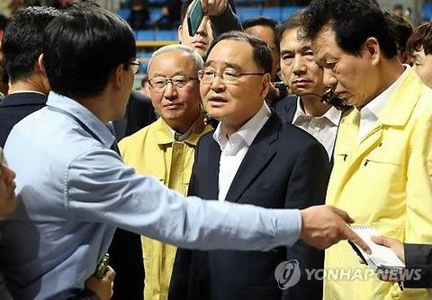 セウォル号遺族様どもにイジメられるチョン・ホンウォン首相